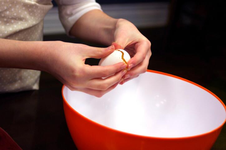 Cracking Egg Correctly
